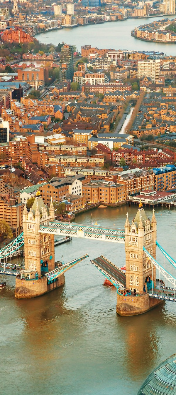 London city with the Tower bridge